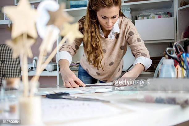 Artisan femme travaillant avec papier
