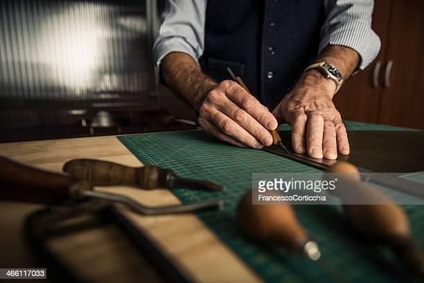 travail artisanal en cuir - chaussures noires photos et images de collection