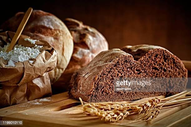 panificio artigianale: pane a lievitazione naturale e varietà di prodotti bun - pane integrale foto e immagini stock