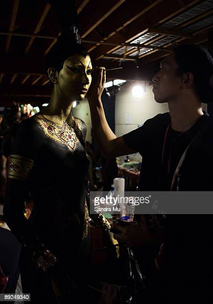 Artist Andi Soon applies paint to model Zhoe Granger backstage during the New Zealand Body Art Awards at the Bruce Mason Centre on July 25 2009 in...