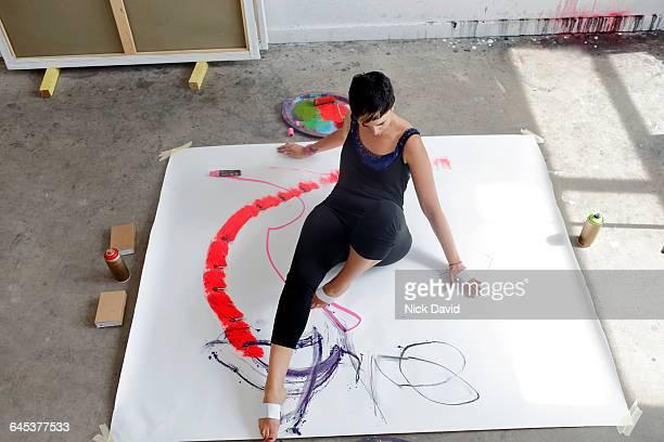 artist at work in her studio - 美術スタジオ ストックフォトと画像