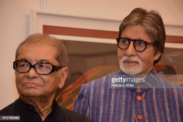 Artist Dilip De and Amitabh Bachchan at De's Smartphone School Of Art Exhibit 'Celebration Of The Unexpected' at Jehangir Art Gallery on January 26...