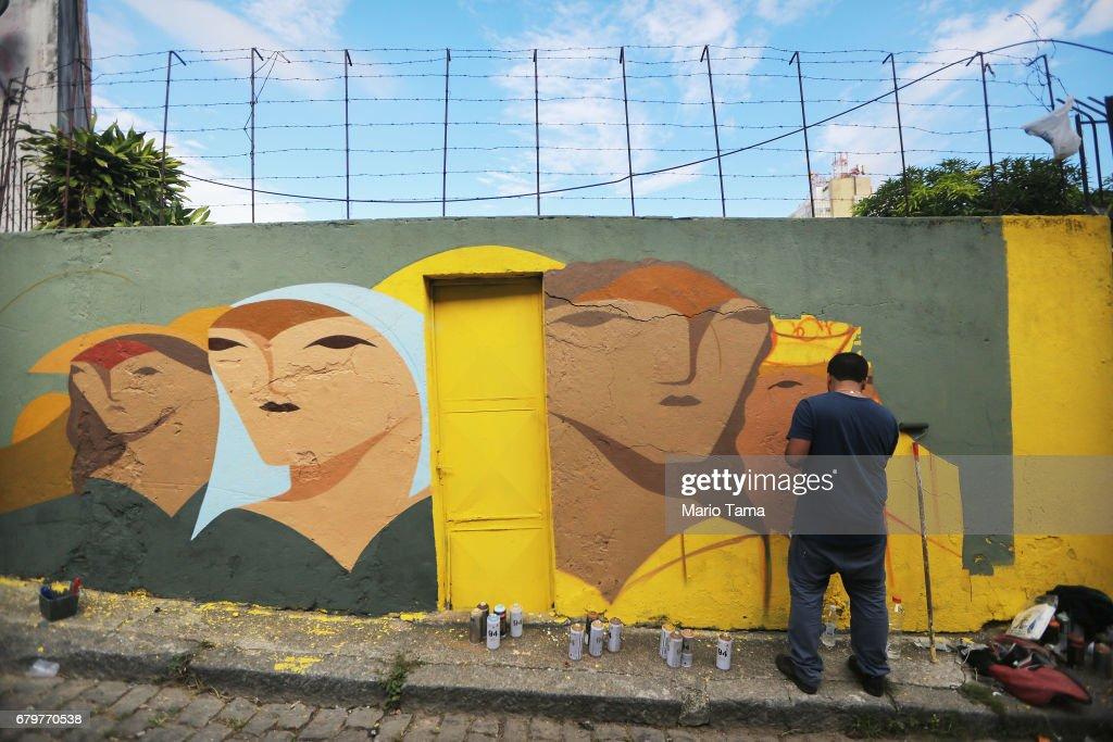 Street Artists Create Open Air Graffiti Gallery in Rio's Oldest Favela : Foto di attualità