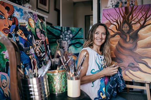Artist in her studio 896831640