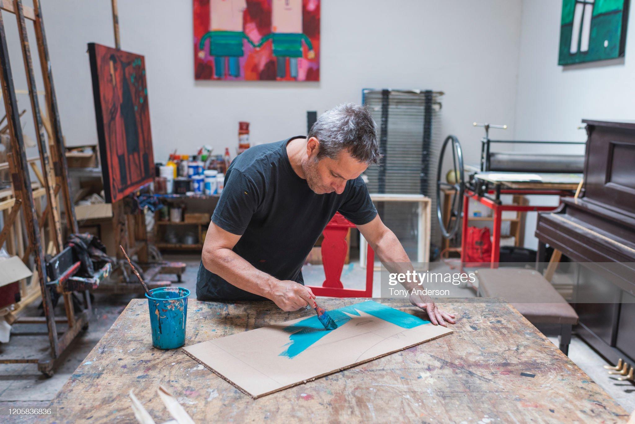 Artist painting in his studio : 圖庫照片