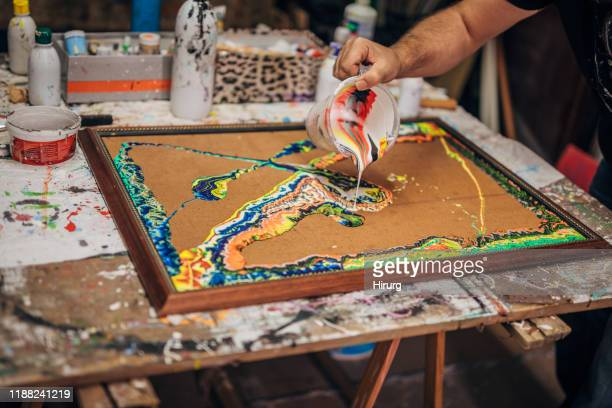 künstlermalerei im atelier - acrylmalerei stock-fotos und bilder