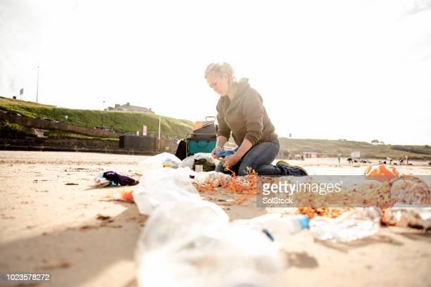 artista che usa materiali lavati dal mare - attivista foto e immagini stock