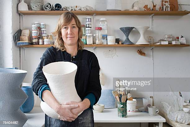 künstler mit keramik - bildhauer stock-fotos und bilder