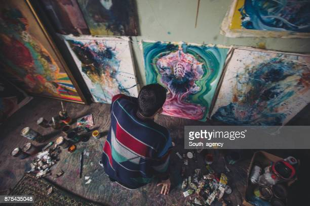 Artiste travaillant seul