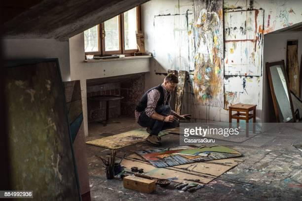 Künstler arbeiten an seiner Malerei im Atelier