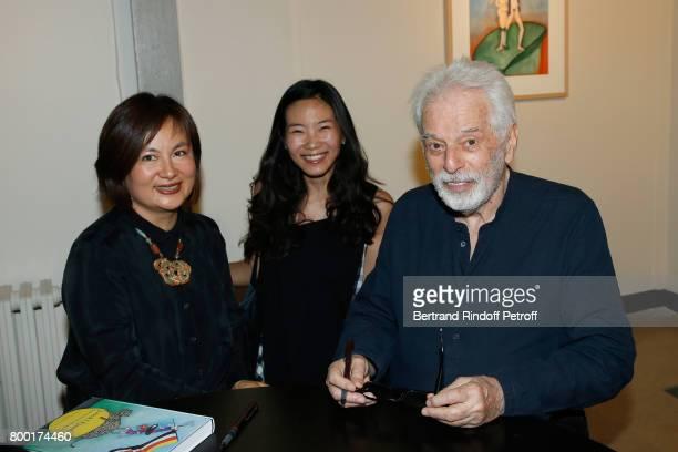 Artist Yuuka Asakura standing between Pascale MontandonJodorowsky and Alejandro Jodorowsky attend the pascALEjandro L'Androgyne Alchimique...