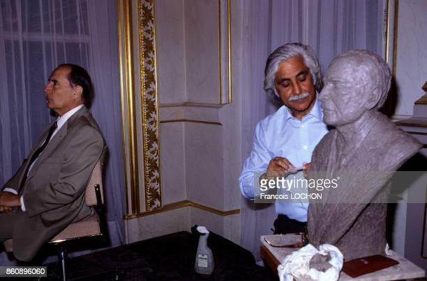L'artiste Amarnath Sehgal entrain de sculpter le buste du président de la République François Mitterrand en juin 1984 à Paris France