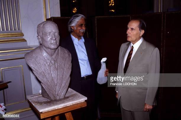 L'artiste Amarnath Sehgal présente au président de la République François Mitterrand le buste qu'il a réalisé en juin 1984 à Paris France
