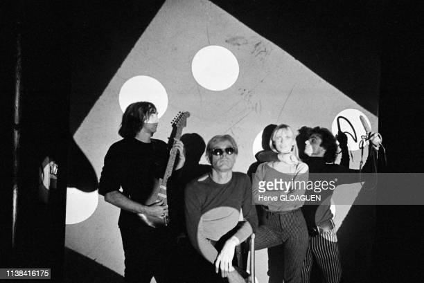 L'artiste américain Andy Warhol et le groupe The Velvet Underground à la Factory à New York EtatsUnis en 1966 avec de gauche à droite John Cale Andy...