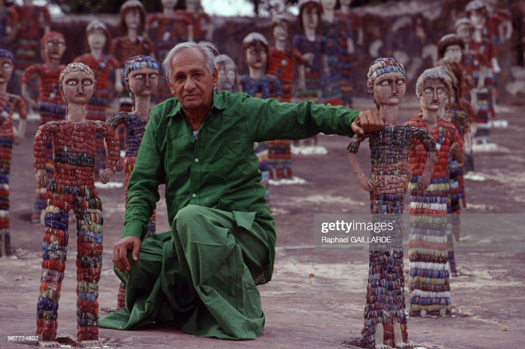 L`artiste autodidacte Nek Chand pose dans son jardin le `Rock Garden` parmi ses sculptures faites de matériaux de récupération le 27 mars 1997...