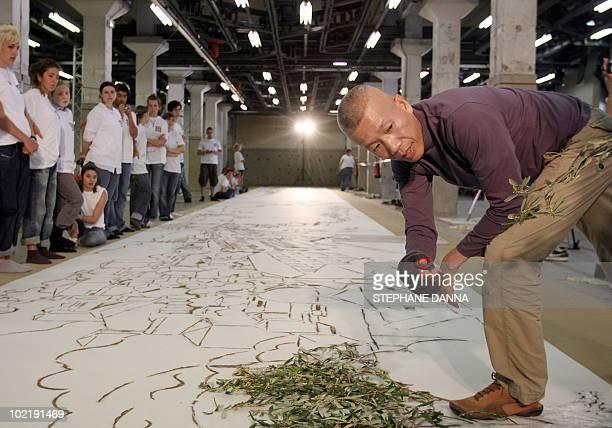 L' artiste chinois Cai Guo Qiang supervise la dernière phase de la création d'une fresque pour l'exposition Travels in the Mediterranean le 08 juin...