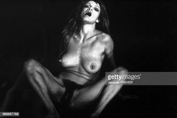 Artiste, comédienne et strip-teaseuses française Rita Renoir dans sa pièce 'Le Diable' à Paris en 1972, France.