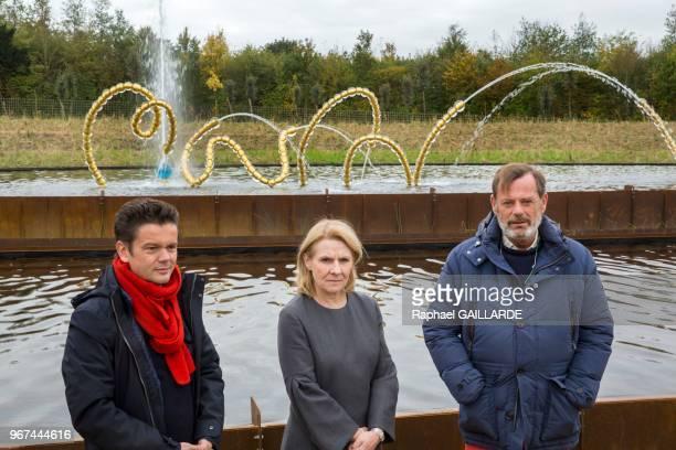 L'artiste JeanMichel Othoniel la présidente du château de Versailles Catherine Pégard et le paysagiste Louis Benech lors de l'inauguration du jardin...