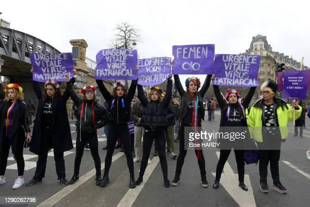 """Artiste Orlan avec les FEMEN tenant des Pancartes """"Fémen"""" et """"Eloignez vous ! patriarcavirus"""" lors de la manifestation pour la Journée Internationale..."""