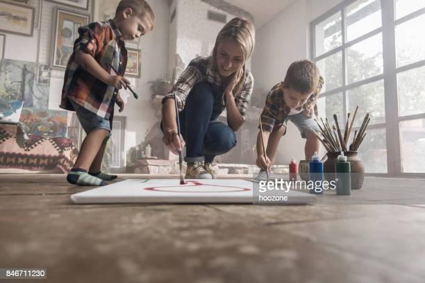 Famille d'artistes s'amuser dans un atelier
