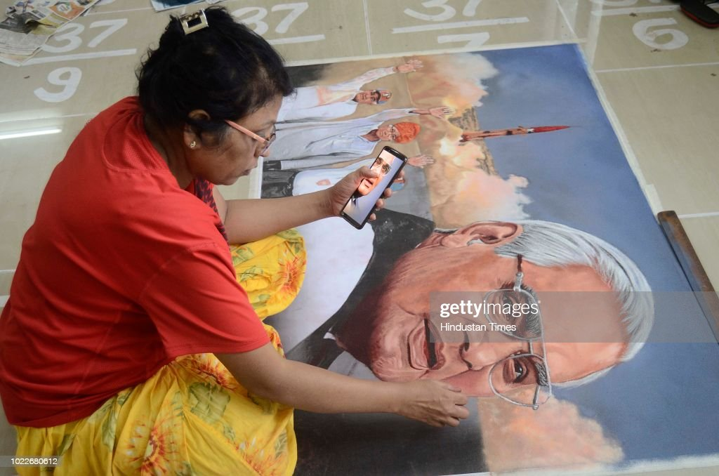 Rangoli Completion To Pay Respect To Former Prime Minister Atal Bihari Vajpayee : Nachrichtenfoto