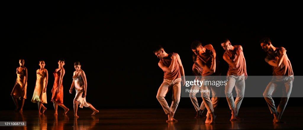 "Richard Alston's ""Voices And Light Footsteps"" At Sadler's Wells : Fotografía de noticias"