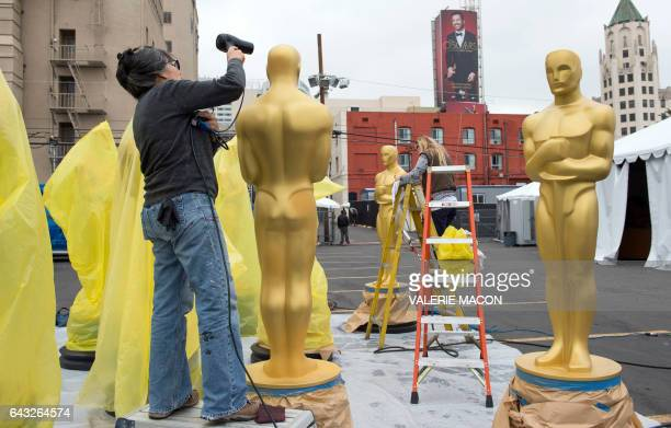 TOPSHOT Artists paint Oscar statues for the 89th Annual Academy Awards on February 20 In Hollywood California The 2017 Oscars hosted by Jimmy Kimmel...