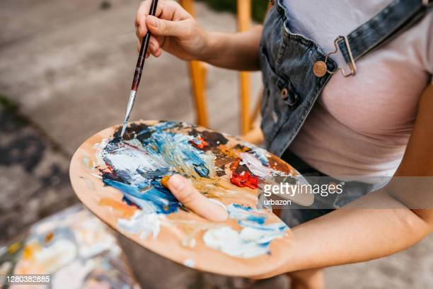 tavolozza artisti con colori misti - pittura accademica foto e immagini stock