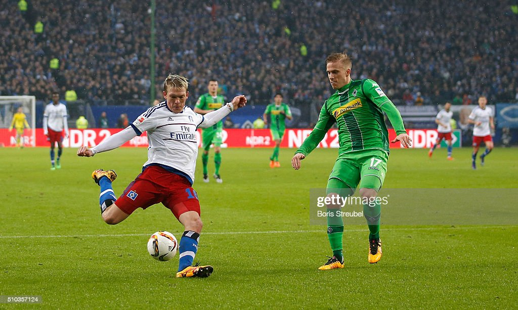 Artjoms Rudnevs (L) of Hamburg scores his team's second goal during the Bundesliga match between Hamburger SV and Borussia Moenchengladbach at Volksparkstadion on February 14, 2016 in Hamburg, Germany.