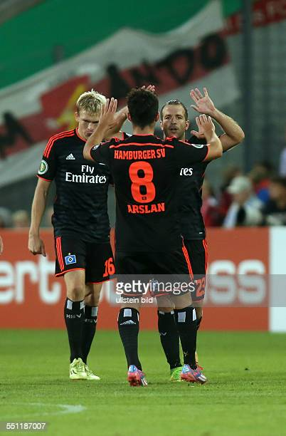 Artjoms Rudnevs, Tolgay Arslan, Rafael van der Vaart, Jubel, Freude, Emotion nach Tor zum 1:2 durch Rafael van der Vaart , FC Energie Cottbus - HSV...