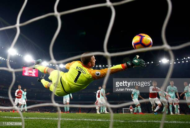 Artur Boruc of AFC Bournemouth stretches but fails to reach a freekick from Alexandre Lacazette of Arsenal for Arsenal's fifth goal during the...