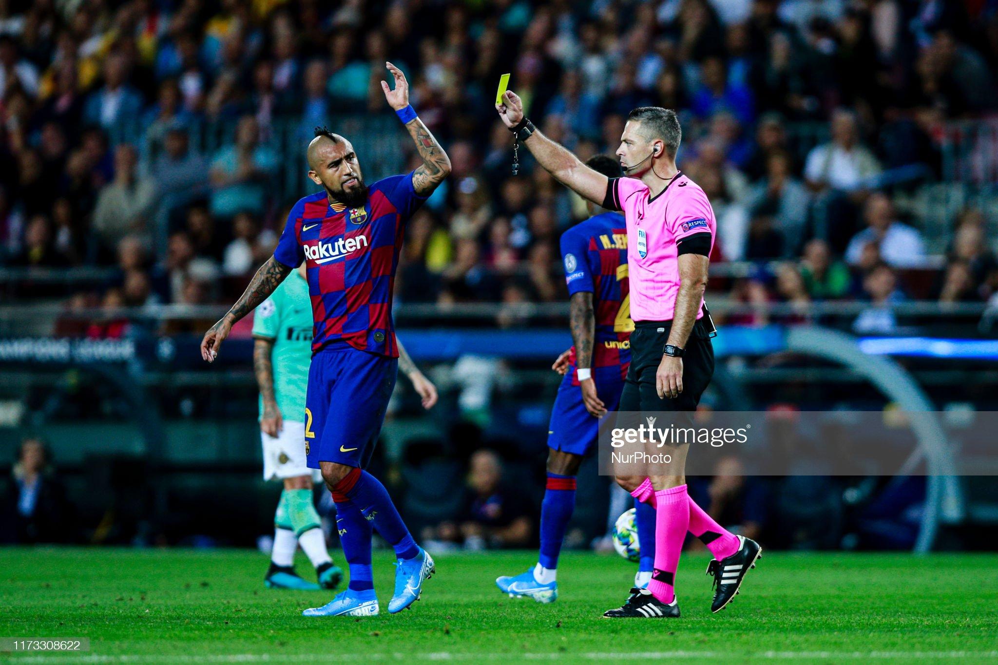 صور مباراة : برشلونة - إنتر 2-1 ( 02-10-2019 )  Arturo-vidal-from-chile-of-fc-barcelona-reciving-a-yellow-card-from-picture-id1173308622?s=2048x2048