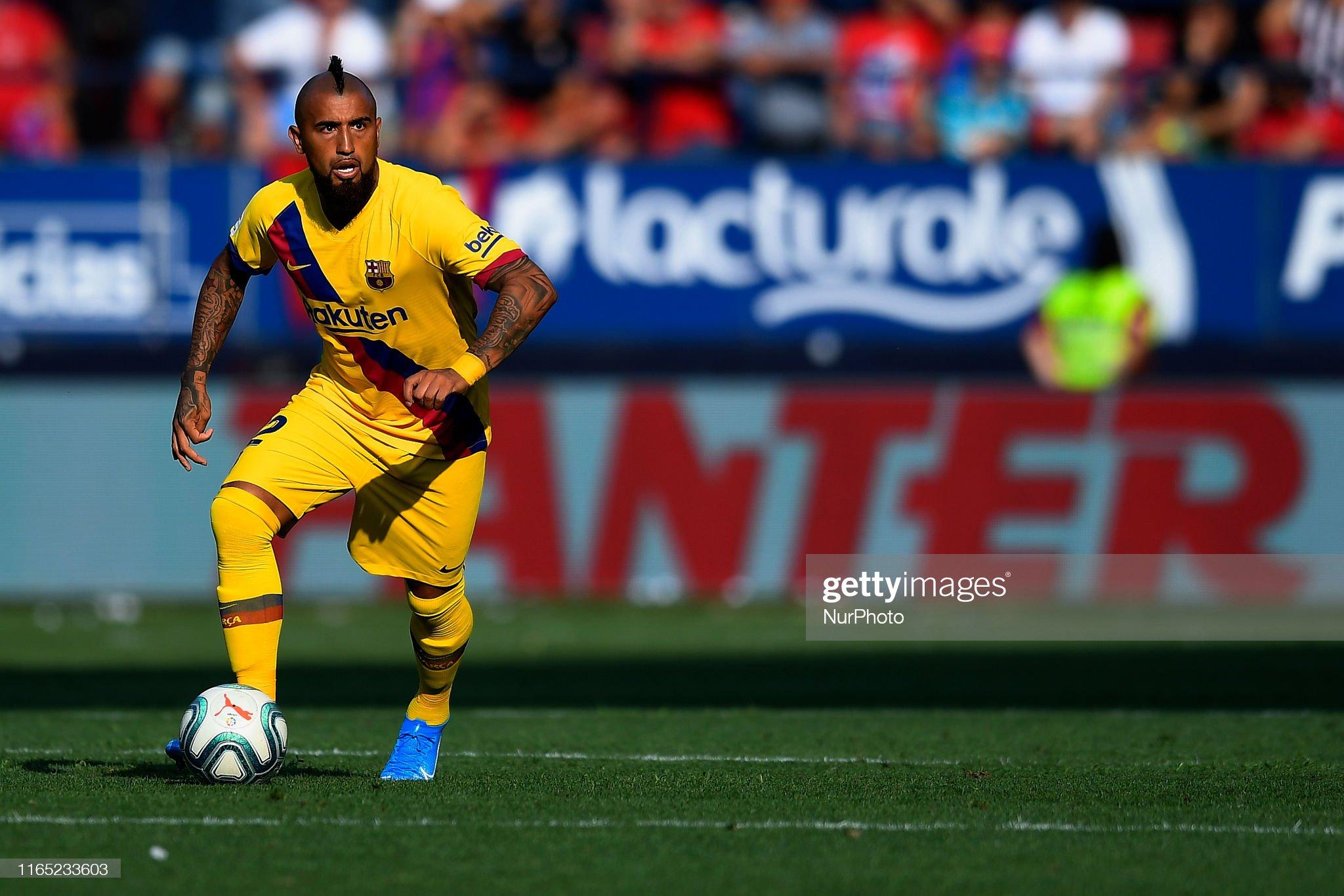 صور مباراة : أوساسونا - برشلونة 2-2 ( 31-08-2019 )  Arturo-vidal-of-barcelona-controls-the-ball-during-the-liga-match-ca-picture-id1165233603?s=2048x2048