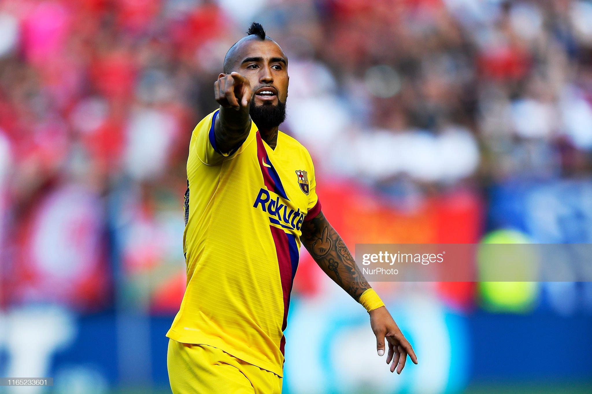 صور مباراة : أوساسونا - برشلونة 2-2 ( 31-08-2019 )  Arturo-vidal-of-barcelona-gives-instructions-during-the-liga-match-picture-id1165233601?s=2048x2048
