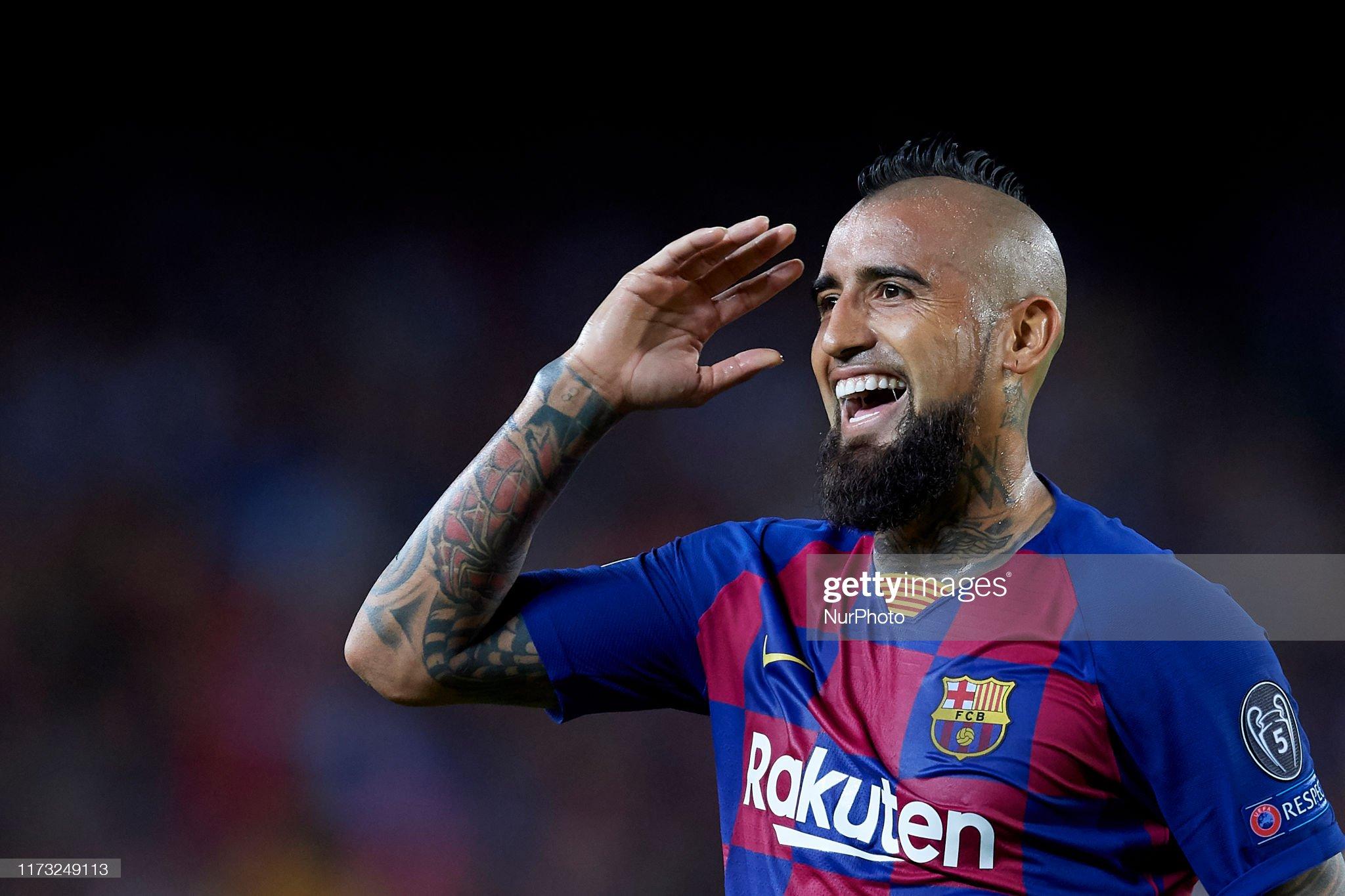 صور مباراة : برشلونة - إنتر 2-1 ( 02-10-2019 )  Arturo-vidal-of-barcelona-protests-the-referee-during-the-uefa-f-picture-id1173249113?s=2048x2048