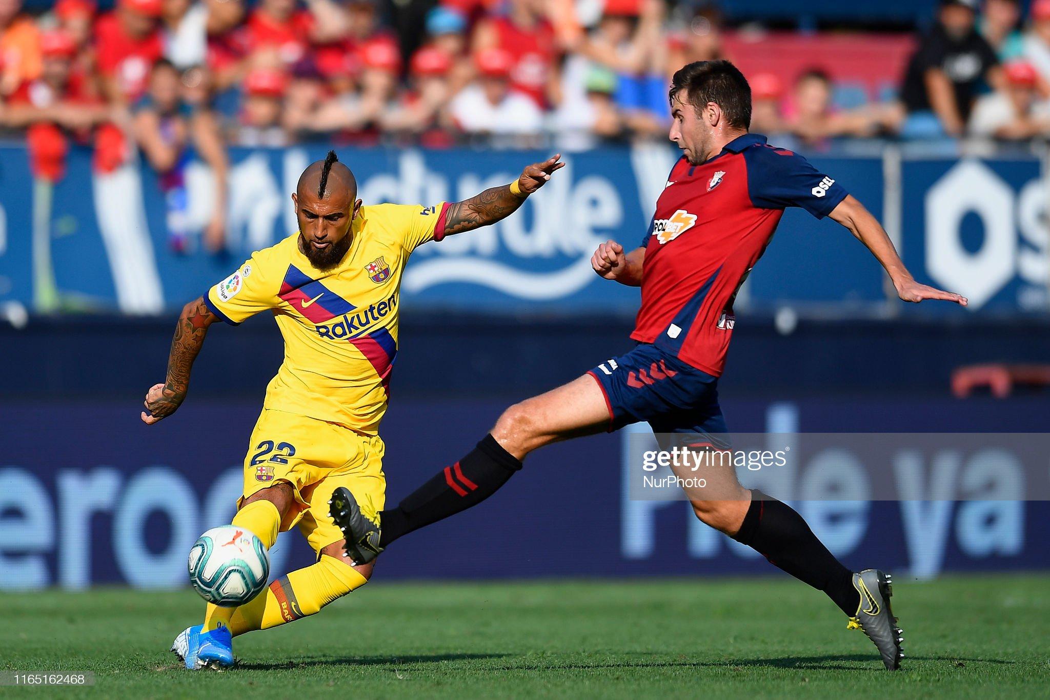 صور مباراة : أوساسونا - برشلونة 2-2 ( 31-08-2019 )  Arturo-vidal-of-barcelona-shooting-to-goal-during-the-liga-match-ca-picture-id1165162468?s=2048x2048