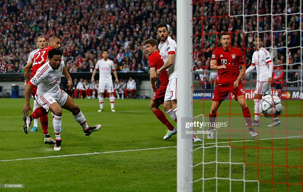 Arturo Vidal (2.L) of Bayern Muenchen scores his team's first goal during the UEFA Champions League quarter final first leg match between FC Bayern Muenchen and SL Benfica at Allianz Arena on April 5, 2016 in Munich, Germany.