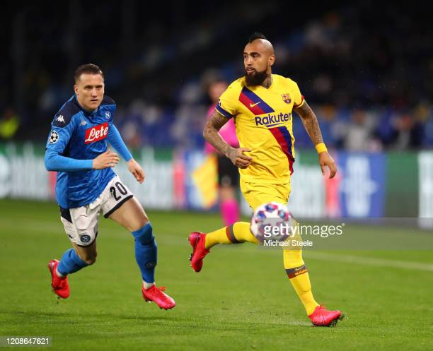 Arturo Vidal of FC Barcelona battles for possession with Piotr Zielinski of SSC Napoli during the UEFA Champions League round of 16 first leg match...