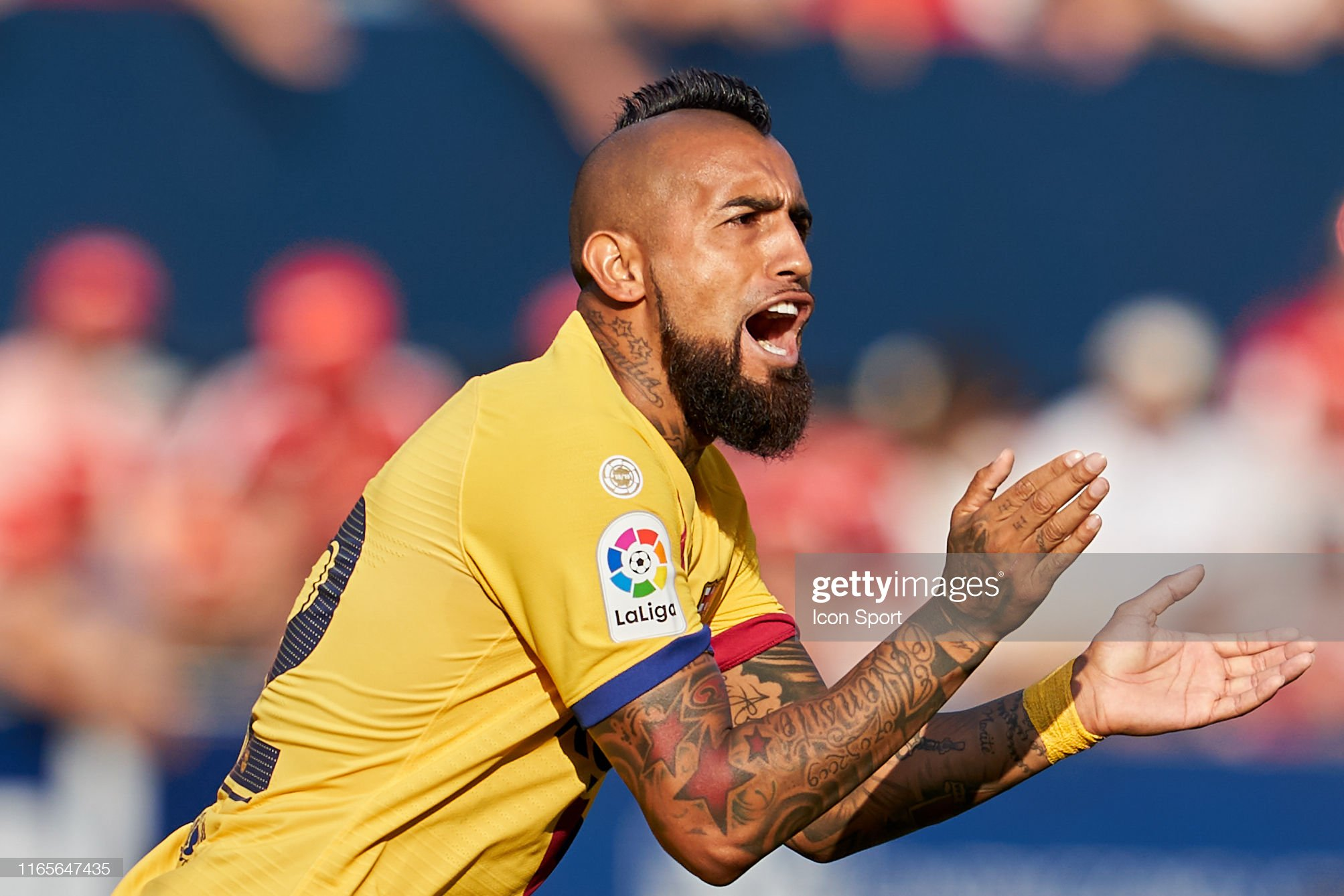 صور مباراة : أوساسونا - برشلونة 2-2 ( 31-08-2019 )  Arturo-vidal-of-fc-barcelona-during-the-liga-match-between-osasuna-picture-id1165647435?s=2048x2048