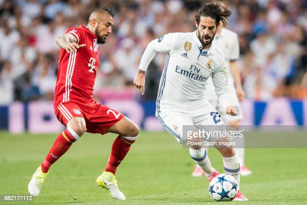 Arturo Vidal of FC Bayern Munich fights for the ball with Isco Alarcon of Real Madrid during their 201617 UEFA Champions League Quarterfinals second...