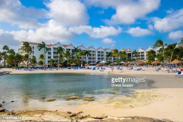 aruba, oranjestad-renaissance beach - oranjestad stockfoto's en -beelden