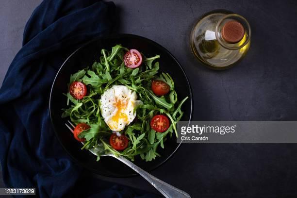 arugula salad with poached egg - cris cantón photography fotografías e imágenes de stock