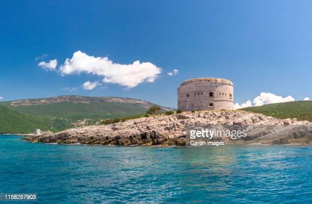 arza fortress in montenegro - bras de mer caractéristiques côtières photos et images de collection