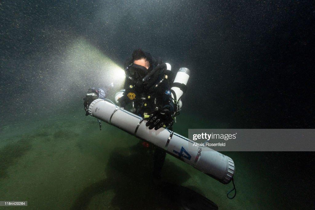 Biologist diver at work : News Photo