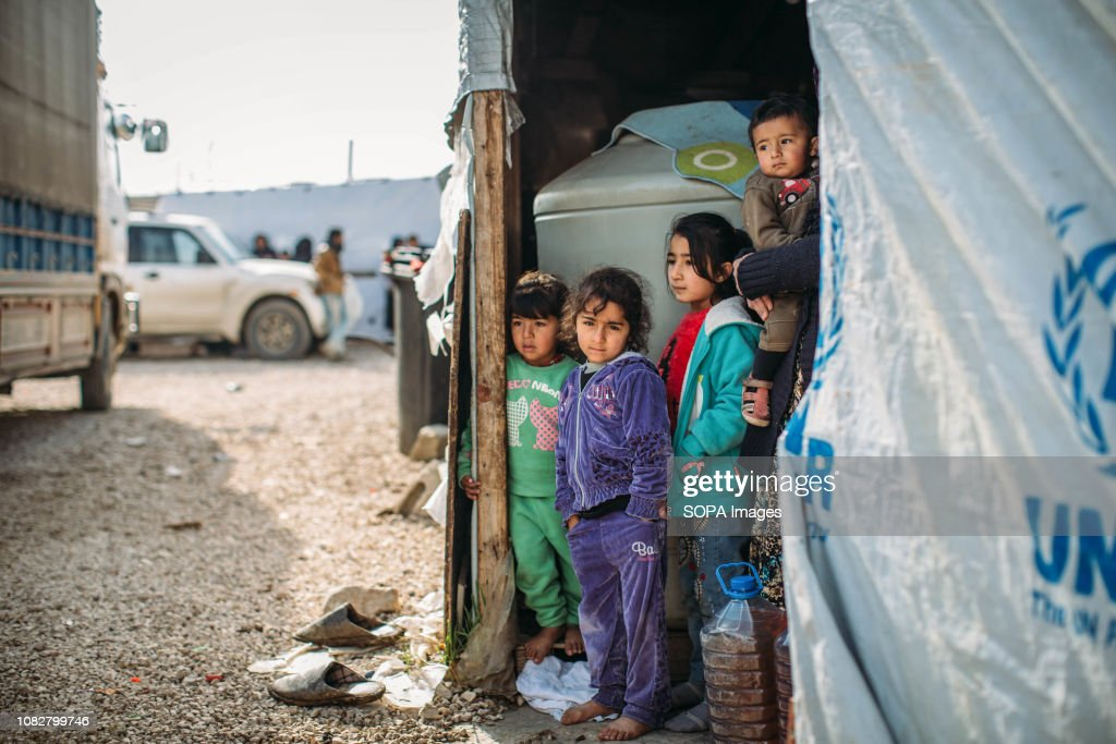 As temperatures plummet, refugees prepare for another storm... : ニュース写真