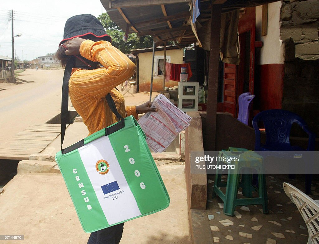 A census counters stops by a house 21 Ma : News Photo