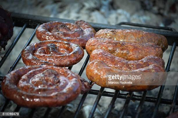 asado, chorizo and barbecue sausages - radicella photos et images de collection