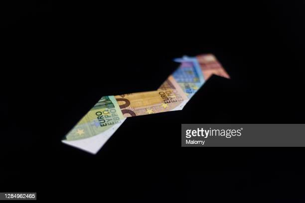 ascending arrow made out of euro banknotes. symbolizing inflation, deflation, economic growth, earnings, wages, income, tax, pensions or interest rates - börse frankfurt stock-fotos und bilder