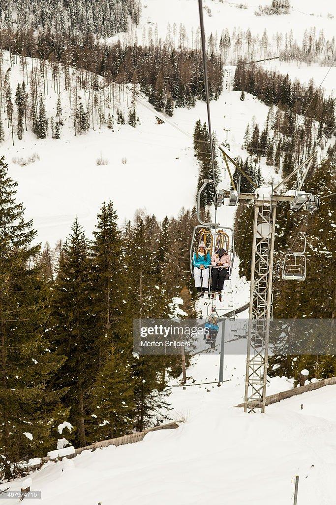 Ascending ski lift with passengers : Stockfoto