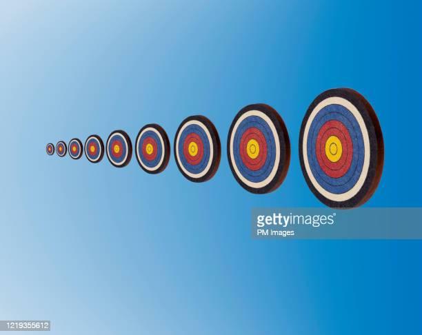 ascending targets on blue - but matériel de sport photos et images de collection